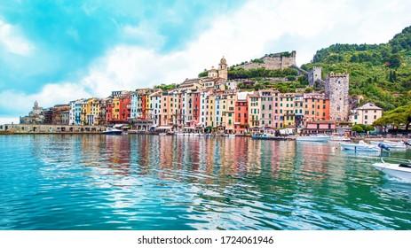 El paisaje mágico del puerto con coloridas casas en los barcos en Porto Venere, Italia, Liguria