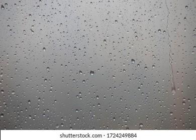 Waterdruppels op glazen raam