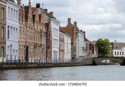 Casa a lo largo de un canal de Brujas