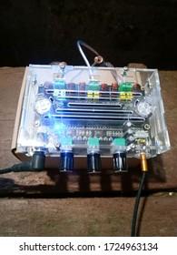 Ein kleiner musikalischer Leistungsverstärker in einem Kunststoffgehäuse.