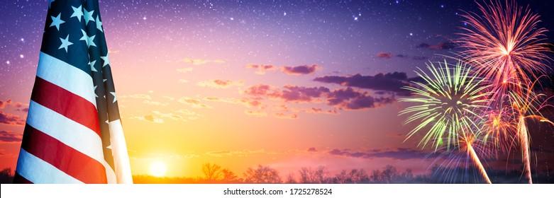 Bandera americana y fuegos artificiales al atardecer con cielo estrellado - Concepto de celebración del Día de la Independencia / Memorial