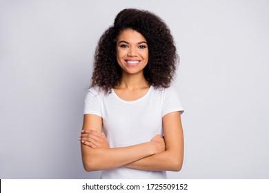 Nahaufnahmeporträt von ihr sie schöne attraktive schöne hübsche fröhliche fröhliche fröhliche wellige Mädchen verschränkte Arme isoliert über hellweißem Pastellfarbenhintergrund