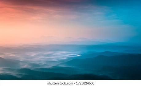 atemberaubende Berge Naturansicht farbenfrohen Sonnenuntergang mit nebligem Wetter, erstaunliche Schönheit der Natur, Landschaftsfoto aus Kerala Gottes Land, wunderbare Orte in der Welt