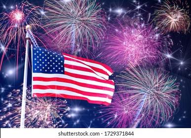 Celebración estadounidense - bandera de Estados Unidos y fuegos artificiales Una bandera de Estados Unidos en el asta de la bandera con fuegos artificiales, estrellas y cielo azul oscuro de fondo. Concepto de celebración del 4 de julio / Memorial Day