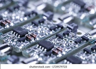 スピーカープレーヤーとコンピューター用のオーディオパーツの製造では、クローズアップの小さなマイクロ回路が隣り合っています。信頼性と高品質のための現代技術の概念