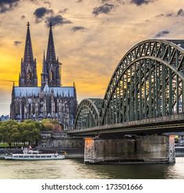 Colonia, Alemania en la catedral y el puente sobre el río Rin.