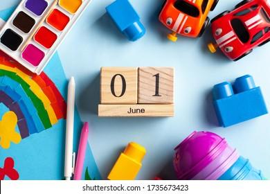 Flatlay Kalender 1. Juni, Spielzeug, Farben, Regenbogen. Weltkonferenz zum Wohl der Kinder, Weltkindertag