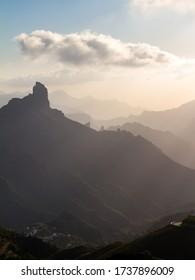 Roque Bentayga, geschichtete Landschaft bei Sonnenuntergang auf der Insel Gran Canaria, Kanarische Inseln, Spanien. Vertikal