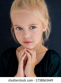 Una chica rubia increíblemente hermosa con penetrantes ojos azules. Hermosos accesorios de noche. Magia. Retrato de primer plano. Foto