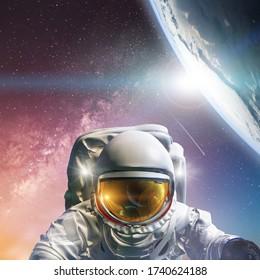 Astronaut am Weltraumspaziergang. Konzept der Eroberung des Universums durch die Menschheit. Elemente dieses Bildes von der NASA eingerichtet