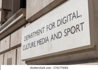 英国政府のデジタル、文化、メディア、スポーツ省の刻印された名前のサイン。ホワイトホールにあり、英国の文化的、芸術的遺産などの宣伝を担当しています。