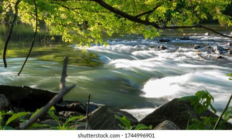 Schnell fließender Wasserfall über Felsen
