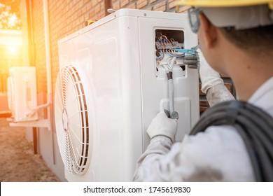 Air Conditioning Technician en een deel van de voorbereiding om een nieuwe airconditioner te installeren. Technicus vacuümpomp evacueert en controleert nieuwe airconditioner