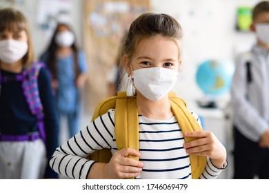 Kind mit Gesichtsmaske geht nach Covid-19-Quarantäne und Sperrung wieder zur Schule.