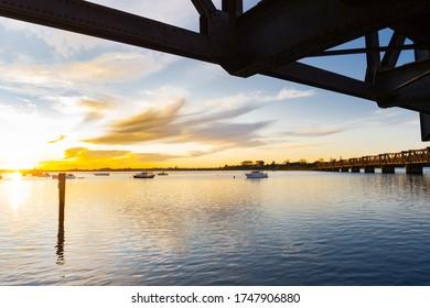 El histórico puente ferroviario de Tauranga es un puente de armadura de acero que cruza el puerto desde el centro de la ciudad hasta la península de Matapihi, Nueva Zelanda.