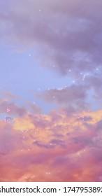 Cielo de nubes al atardecer rosa con destellos