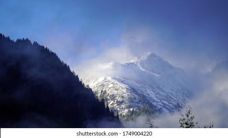 bewölkter und sonniger Morgen auf den Bergen im Frühling mit Blick auf die Alpen in Österreich