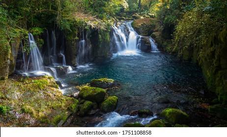 Gebirgsflusswasserlandschaft. Wilde Wasserfallansicht des tiefen Waldflusses. Wilde Landschaft des Waldflusses. Wilde Flussstromfelsen fließen.