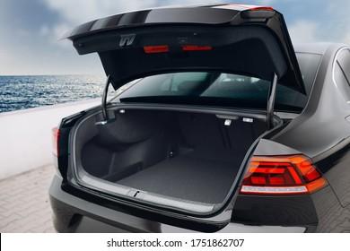 Offener Kofferraum des modernen Limousinenautos. Kofferraum ist offen