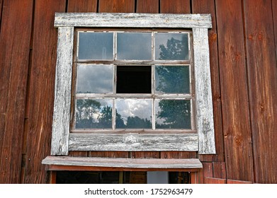 Kumlaスウェーデンの壊れた窓のある古い納屋
