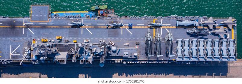 Bovenaanzicht vliegdekschip oorlogsschip slagschip van de marine