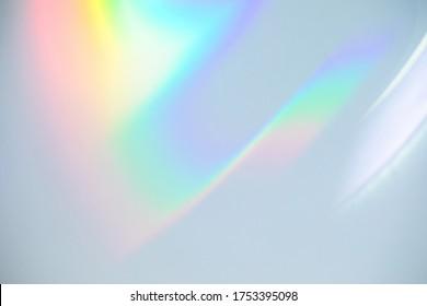 Efekti i mbivendosjes së strukturës së thyerjes së dritës së ylberit të paqartë për foto dhe makete. Rënie organike flakërimi diagonal holografik në një mur të bardhë. Hijet për efektet natyrore të dritës