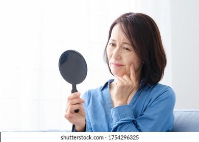 Hautpflegebild der asiatischen Frau mittleren Alters