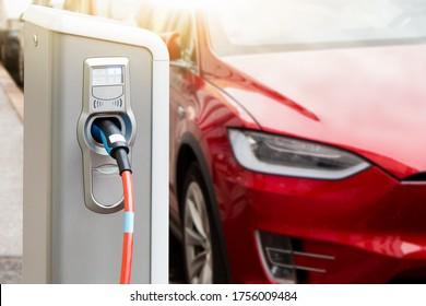 Ladestation auf dem Hintergrund eines Elektroautos.