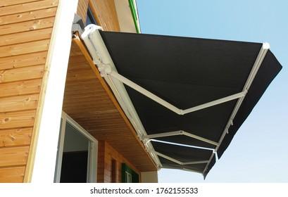 Sistema de techo retráctil de marquesina corredera automática de alta calidad para exteriores, toldo de patio para sombrilla de una casa de madera moderna.