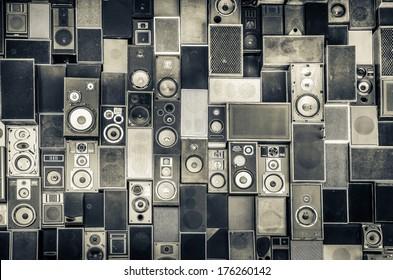 Musik-Sound-Lautsprecher hängen an der Wand im monochromen Vintage-Stil