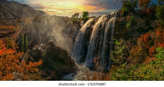 Panoramabild des Wasserfalls Tortum (Uzundere) von unten in Uzundere. Landschaftsansicht des Tortum-Wasserfalls in Tortum, Erzurum, Türkei. Entdecken Sie die Schönheit und Tierwelt der Welt.
