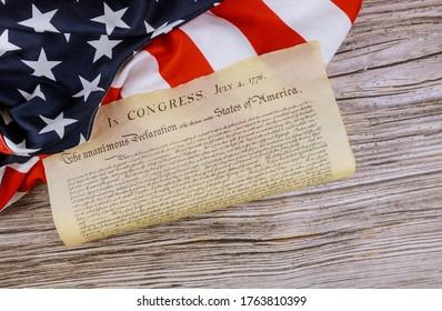 La bandera americana del documento antiguo detalla la Declaración de Independencia de los Estados Unidos con el 4 de julio de 1776