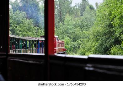 ポーランドの山々の森を抜けるチューチュートレイン