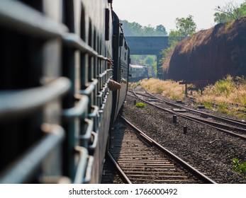輸送中のインドの伝統的な客車。