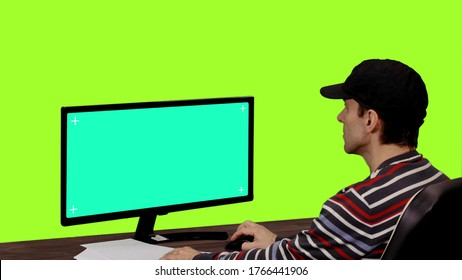Programador informático mirando pantalla verde maqueta, Chroma key