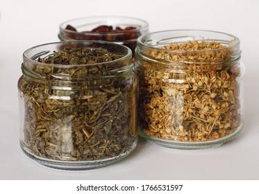 健康的なハーブティーフォーカスリンデンライムメリッサ緑茶と冬