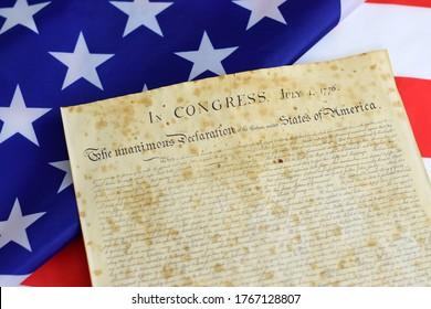 Declaración de Independencia de los Estados Unidos de América con la bandera de Betsy Ross en el fondo.