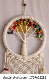 Witte dromenvanger - Indiase amulet die de slaper beschermt tegen boze geesten en ziektes. De boom - symbool van het leven. Witte achtergrond.