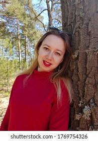 茶色の目を持つ魅力的な魅力的な若いロシアの女の子