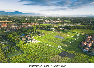 土地区画または土地区画。緑の野原、位置ポイント、境界線の航空写真で構成され、場所とエリアを示します。それは、所有、販売、開発、賃貸、購入、または投資のための土地です。