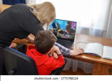 Mutter, die Computer für computerabhängiges kleines Spielerkind, Internet- und Spielabhängigkeit ausschaltet