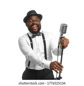 白い背景の上の男性のアフリカ系アメリカ人歌手