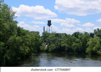 Uitzicht op een watertoren en de rivier de Passaic in Garfield, New Jersey