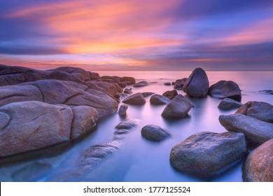 Schöne Seelandschaft von Thailand während des Sonnenuntergangs in Larn Hin Kaw bei Hadmarrumphung, Rayong Thailand.