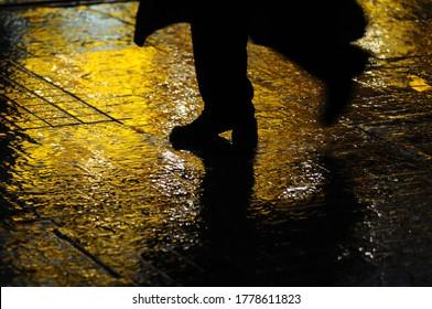 der Mann geht im Regen