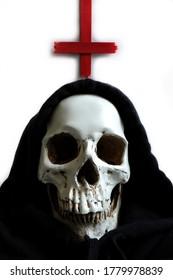 Schwarzer Kleiderschädel mit rotem umgekehrten Kreuz