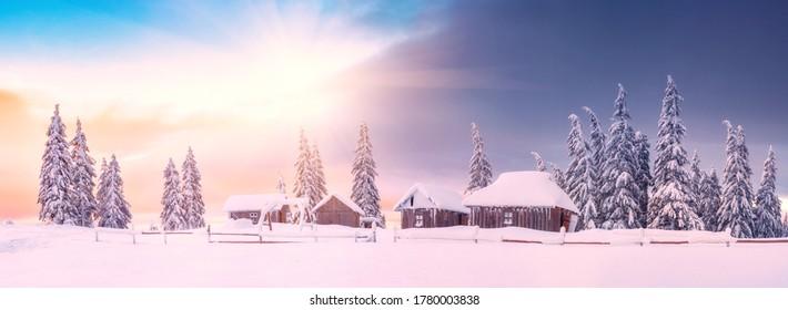 Panorama del pueblo de montaña abandonado en alta montaña. Escena de invierno brillante de los Cárpatos. Tarde en el valle de la montaña con abetos cubiertos de nieve. Estado de ánimo de Navidad y año nuevo.