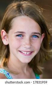 非常に青い目を持つ少女