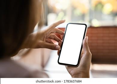 白い画面を表示している女性の手で電話をモックアップ