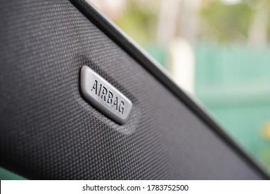 エアバッグアイコンを示す助手席側ピラーのクローズアップ。